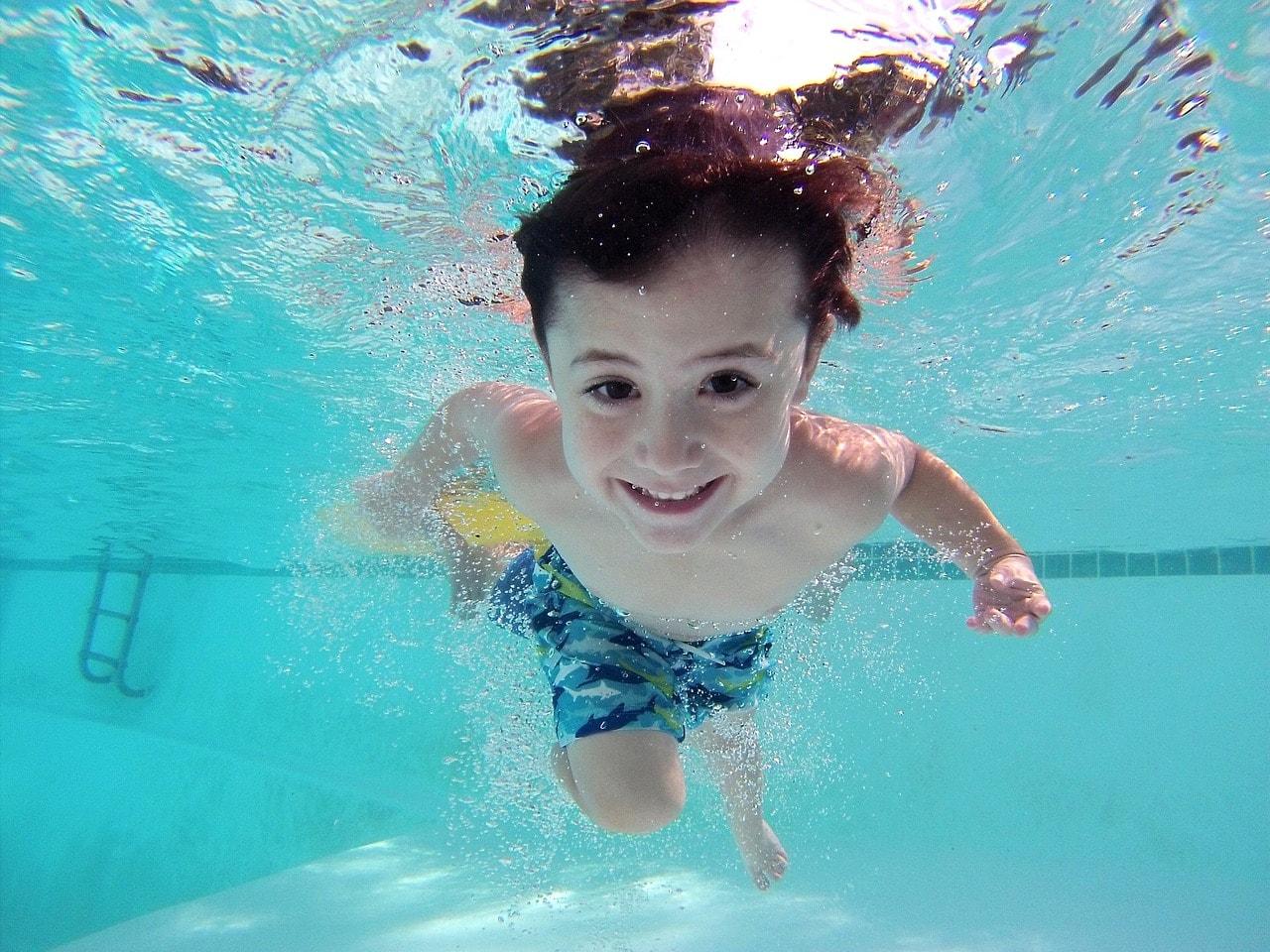 W jakim wieku dziecko może iść samo na basen?